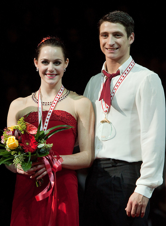 GJR462 -- 20111030- Mississauga, Ontario,Canada- Gold medalists Tessa Virtue and Scott Moir of Canada pose with their medals following the medal ceremony for the ice dance at Skate Canada International, in Mississauga, Ontario, October 30, 2011.<br /> AFP PHOTO/Geoff Robins