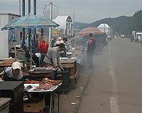 Selgere som røyker og selger røkt Omul til turister langs veien i Listvyanka, tradisjonell mat ved Baikalsjøen, smoking and selling Omul to tourists at Baikal, traditional food