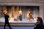 USA, Nordamerika,New York, New York City, Manhattan, 5th Avenue, Einkaufen, shopping, Schaufenster, Burberry Filiale 54th street, Passanten, Mode, Kleidung