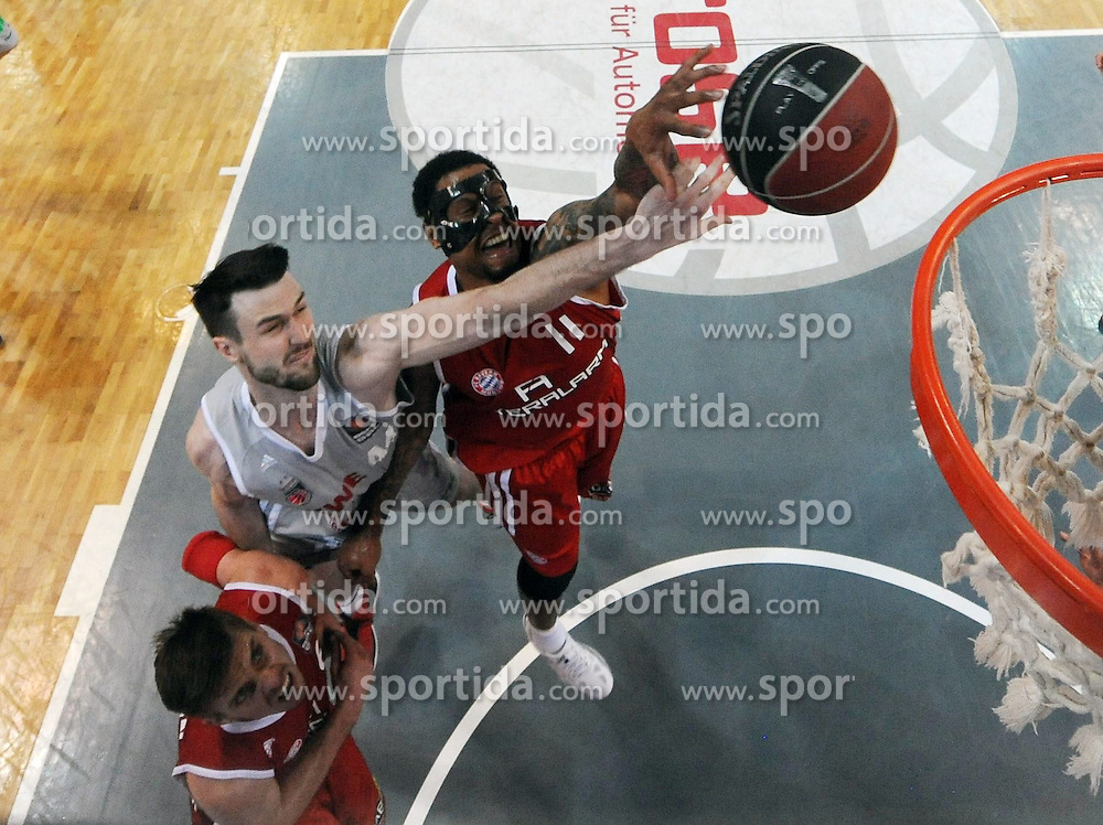 06.06.2013, Stechert Arena, Bamberg, GER, 1. BBL, 5. Playoff Halbfinale, Brose Baskets Bamberg vs FC Bayern Muenchen, im Bild AJ Andrew James Ogilvy (44, Brose Baskets Bamberg) gegen Lawrence Roberts (11, FC Bayern Muenchen) und Steffen Hamann (6, FC Bayern Muenchen) // during the 5th playoff semifinal match of germans 1st basketbal Bundesliga between Brose Baskets Bamberg and FC Bayern Munich ath the Stechert Arena, Bamberg, Germany on 2013/06/06. EXPA Pictures &copy; 2013, PhotoCredit: EXPA/ Eibner/ Hans Martin Issler<br /> <br /> ***** ATTENTION - OUT OF GER *****