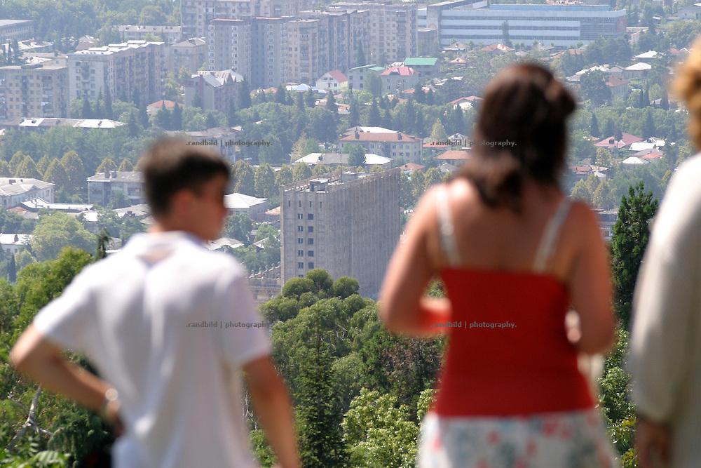 Georgien/Abchasien, Suchumi, 2006-08-25, Blick auf die Hafenstadt Suchumi. Abchasien erklärte sich 1992 unabhängig von Georgien. Nach einem einjährigen blutigen Krieg zwischen den Abchasen und Georgiern besteht seit 1994 ein brüchiger Waffenstillstand, der von einer UNO-Beobachtermission unter personeller Beteiligung Deutschlands überwacht wird. Trotzdem gibt es, vor allem im Kodorital immer wieder bewaffnete Auseinandersetzungen zwischen den Armee der Länder sowie irregulären Kämpfern. (View from above to the town Sokhumi. Abkhazia declared itself independent from Georgia in 1992. After a bloody civil war a UNO mission observing the ceasefire line between Georgia and Abkhazia since 1994. Nevertheless nearly every day armed incidents take place in the Kodori gorge between the both armys and unregular fighters )