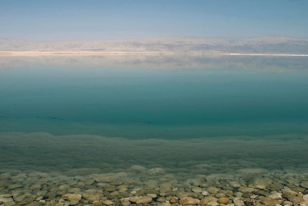 La Mer Morte, alimentée par le Jourdain, est un lac d'eau salée d'une surface approximative de 810 km2, partagé entre Israël, Jordanie et Territoires Palestiniens occupés. La salinité de la Mer Morte est de 27,5 % alors que celle de l'eau de mer oscille entre 2 et 4 %. La Mer Morte est le point le plus bas du globe à 417 mètres sous le niveau de la mer. Son niveau d'eau baisse d'un mètre par an en moyenne. Écologie, économie et géostratégie y sont continuellement un peu plus fragilisés. Israël, mai 2011