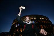 ROMA. UN MANIFESTANTE DEL CORTEO PRO PALESTINA MOSTRA IL CORANO DIFRONTE AL COLOSSEO; ROME. A PROTESTER PARADE OF PALESTINE PRO SHOW CORAN OPPOSITE THE COLOSSEUM