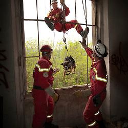 Manoeuvre nationale de l'ONG Secouristes sans Fronti&egrave;res en Savoie.<br /> Depuis sa cr&eacute;ation en 1978, les &eacute;quipes  de Secouristes Sans Fronti&egrave;res (secouristes, m&eacute;decins, infirmiers, logisticiens, ma&icirc;tres-chiens...) interviennent b&eacute;n&eacute;volement lors de catastrophes naturelles pour aider les populations sinistr&eacute;es. <br /> Juin 2010 / Cognin (73) / FRANCE<br /> Voir le reportage complet (20 photos) http://sandrachenugodefroy.photoshelter.com/gallery/2010-05-Manoeuvre-nationale-de-Secouristes-Sans-Frontieres-Complet/G00005S3PrEqF.ow/C0000yuz5WpdBLSQ