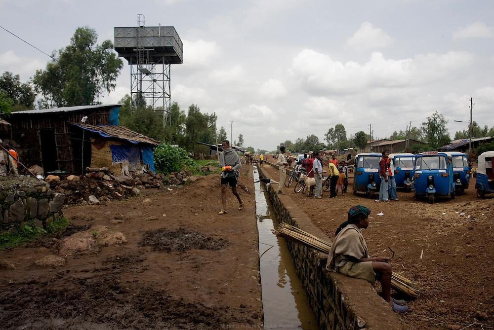 Au bord du Lac Tana, la ville de Bahar Dar est la capitale de la région Amhara et compte 200 000 habitants. C'était autrefois un village de chasseurs, puis un centre d'Échange très important pour les caravaniers. Pendant la saison des pluies, certains quartiers de la ville, dont le marche, sont submergés. La municipalité a lancé un projet de canaux qui font office d'Égout redirigé ensuite vers le Nil. Sur la gauche, le réservoir qui alimente le quartier en eau potable. Éthiopie août 2011.