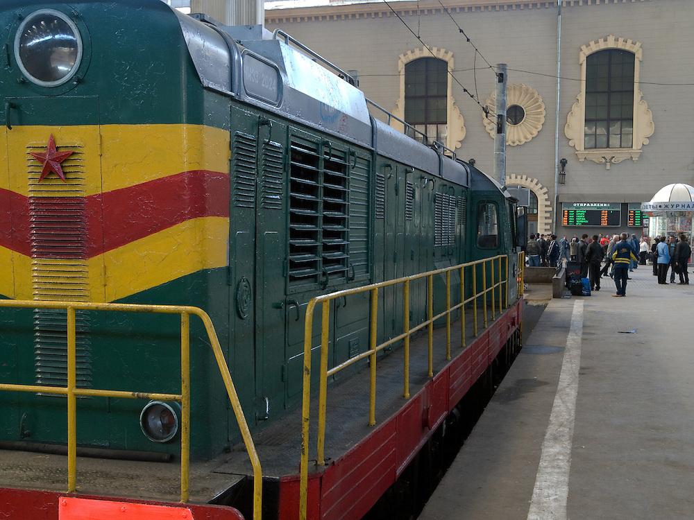 Lokomotive auf einem Bahnsteig des Kasaner Bahnhofs (Kasanski woksal) welcher einer der neun Bahnh&ouml;fe in Moskau ist. Er liegt am Komsomolskaja-Platz, in unmittelbarer N&auml;he zum Jaroslawler und dem Leningrader Bahnhof, und ist bis heute einer der gr&ouml;&szlig;ten Bahnh&ouml;fe der russischen Hauptstadt. <br /> <br /> Locomotive on a plattform of the Kazansky Rail Terminal (Kazansky vokzal) which is one of eight rail terminals in Moscow, situated on the Komsomolskaya Square, across the square from the Leningradsky and Yaroslavsky terminals.