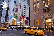 New York City Manhattan USA Fifth Avenue Louis Vuitton Geschaeft..Fifth Avenue, 5th ave, Manhattan, shopping, Einkauf, Konsum, Schaufenster, Strassenszene, Wirtschaft, Weihnachten, Weihnachtsgeschaeft, Weihnachtsdekoration, Handel, economy, shops, consumer, money, Geschaeft, stores, taxis, yellow cabs, Luxus, Christmas decoration, Abendstimmung