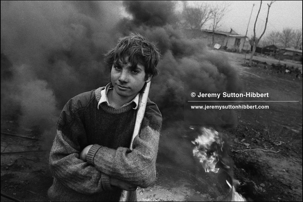 WORKING WITH THE SCRAP METAL AND A FURNACE. SINTESTI, ROMANIA. NOVEMBER 1996..©JEREMY SUTTON-HIBBERT 2000..TEL./FAX. +44-141-649-2912..TEL. +44-7831-138817.
