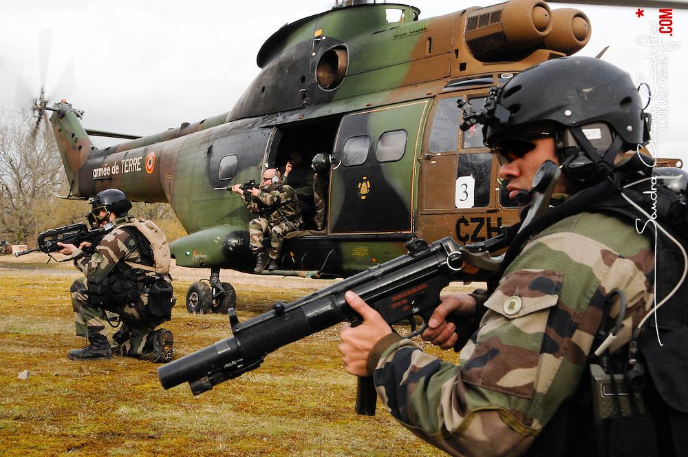 Fusiliers commando en appui avant le décollage du Puma