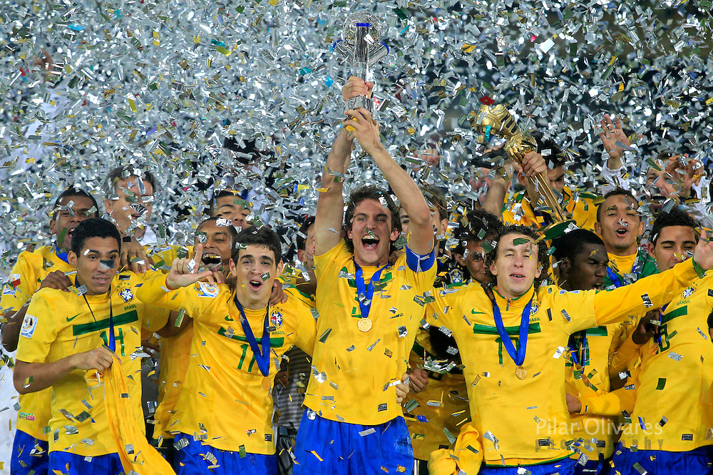 Brazil's players celebrate with the FIFA U-20 World Cup championship trophy in Bogota, August 20, 2011. REUTERS/Pilar Olivares (COLOMBIA - Tags: SPORT SOCCER)