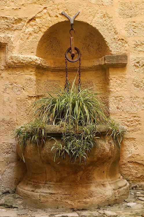 France, Languedoc Roussillon, Gard (30), Uzège, Uzès, Hôtel de la Rochette, le puits