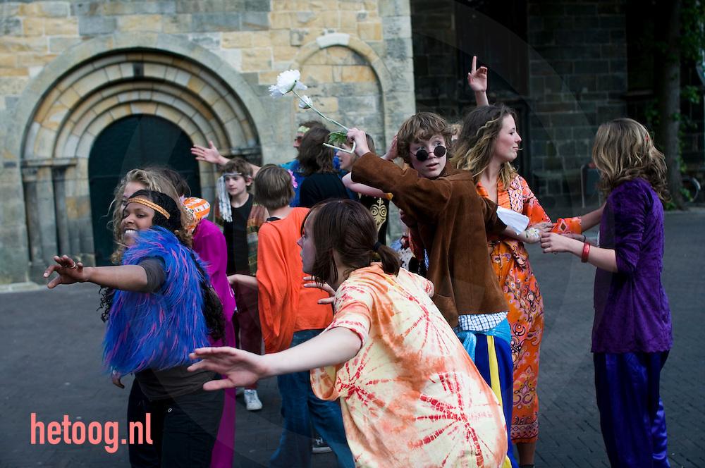 """leden van jeugdtheater overijssel promoten op de oude markt van enschede hun theatervoorstelling """"helter skelter"""" optreden in het kader van het balenfestival."""