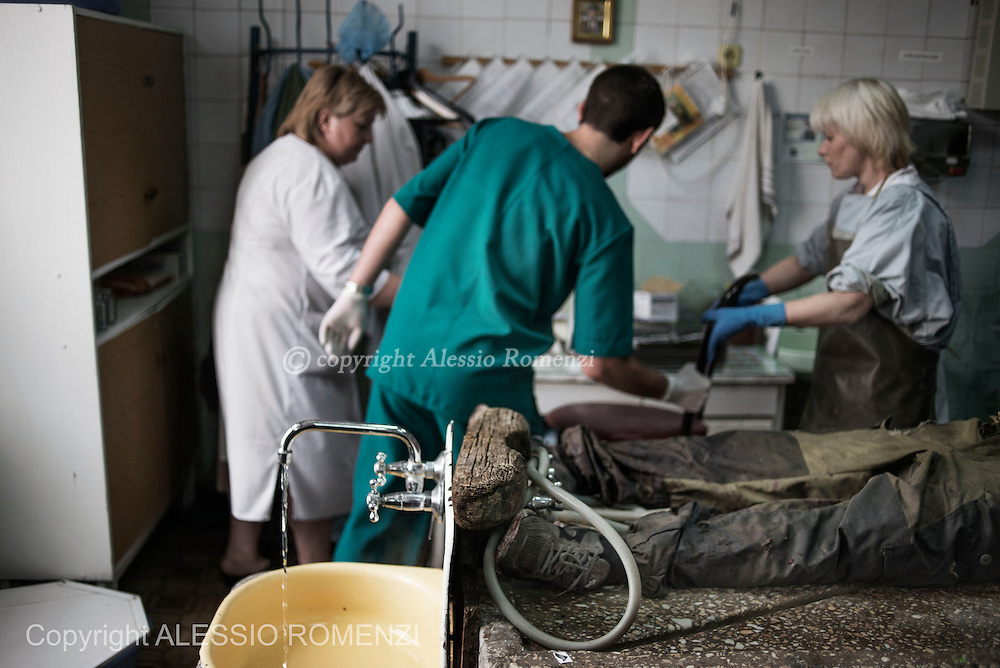 Ukraine, Donetsk: The body of pro-Russian gunman killed in clashes with Ukrainian government forces around the airport lies on the table of a city morgue in Donetsk as doctors prepare the autopsy on May 27, 2014. ALESSIO ROMENZI