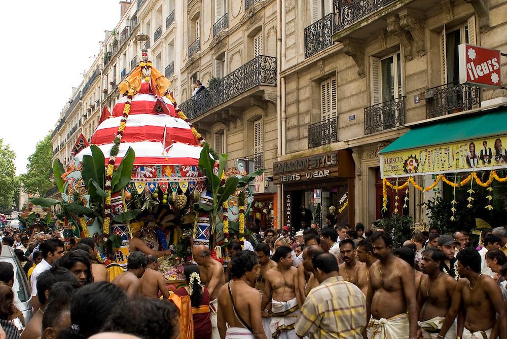 Grand d&eacute;file du char de Ganesh pour l'anniversaire du Dieu &agrave; t&ecirc;te d&rsquo;&eacute;l&eacute;phant qui l&egrave;ve les obstacles et apporte la prosp&eacute;rit&eacute;. <br /> <br /> Ganesh parade in honnor of the god with an elephant head birthday, known to remove obstacles and bring prosperity.