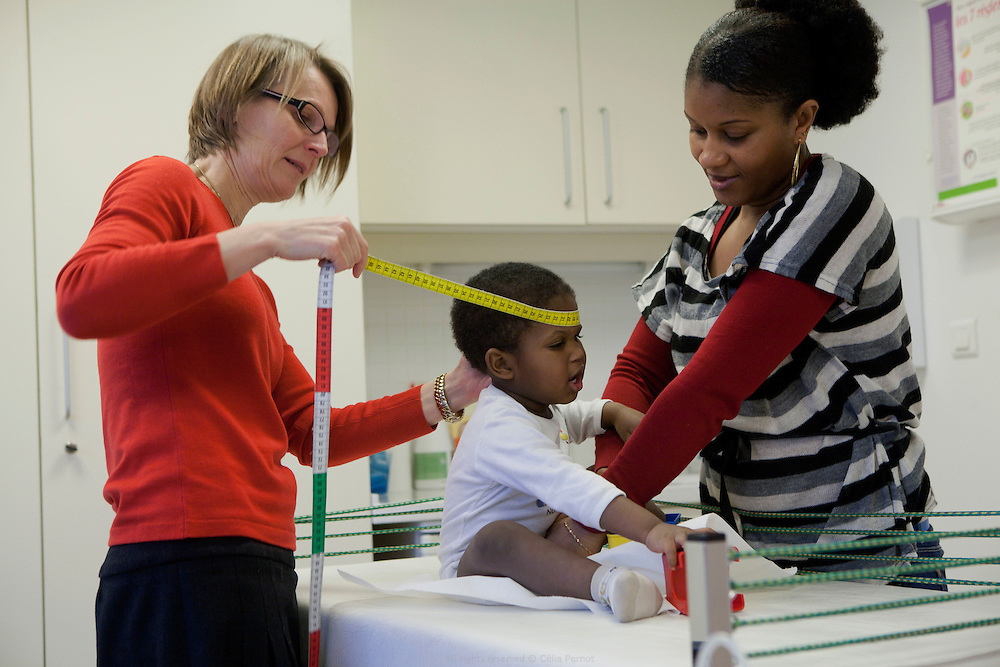 Le Docteur Parisis est responsable des consultations pédiatrie à la PMI Amédée Laplace. Elle osculte, vaccine, mesure et échange avec les parents sur l'évolution et la santé de leur enfant. Créteil, 24 janvier 2013.