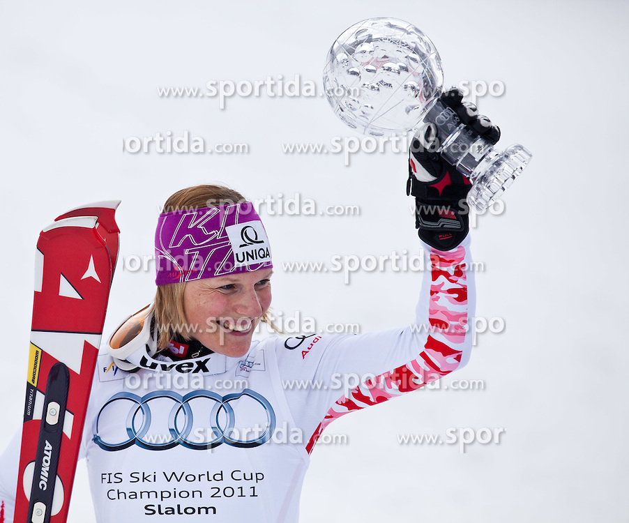 18.03.2011, Pista Silvano Beltrametti, Lenzerheide, SUI, FIS Ski Worldcup, Finale, Lenzerheide, Podium, im Bild Marlies Schild (AUT) präsentiert die Slalom Gesamtweltcup Kugel im Zielraum auf der Lenzerheide. //  Marlies Schild (AUT) with the Slalom Worldcup Trophy  during Podium, at Pista Silvano Beltrametti, in Lenzerheide, Switzerland, 18/03/2011, EXPA Pictures © 2011, PhotoCredit: EXPA/ J. Feichter