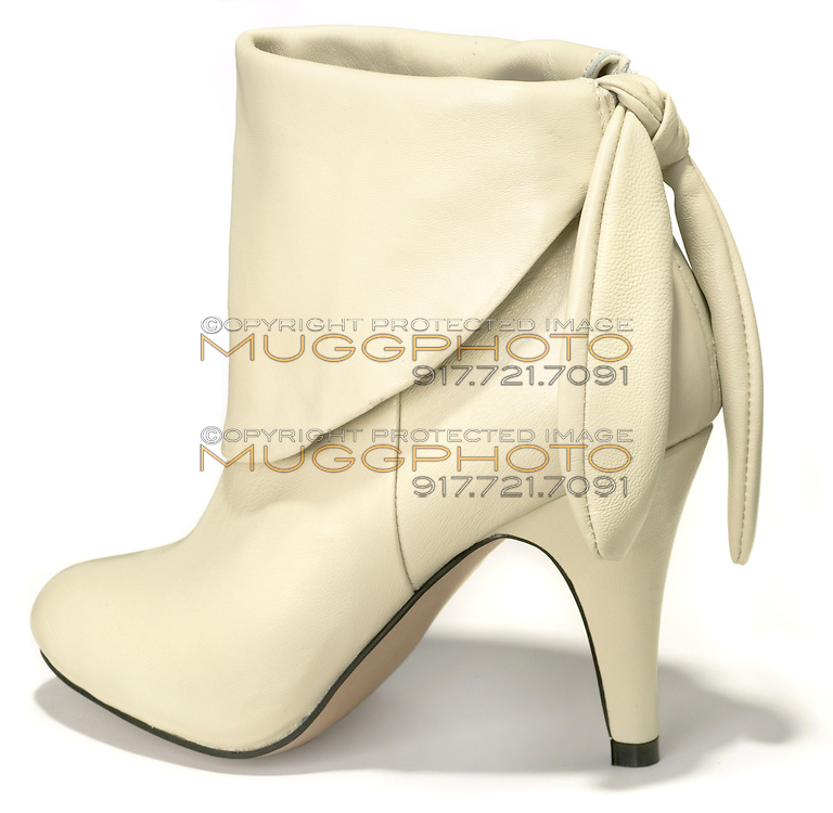 steve madden smooth off white leather low boot with tie at the ankle