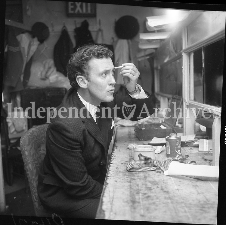 Vincent Dowling making-up for the last performance at the Old Abbey Theatre. (Part of the Independent Newspapers/NLI Collection)