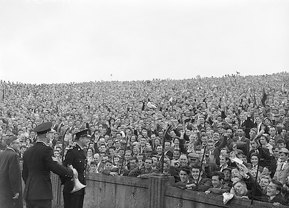 All Ireland Senior Football Championship Final, Kerry v Down, 25.09.1960, 09.25.1960, 25th September 1960, Down 2-10 Kerry 0-8, .Crowd controlled by Gardai, .Referee  J Dowling (Offaly),.Captain K Mussen,.