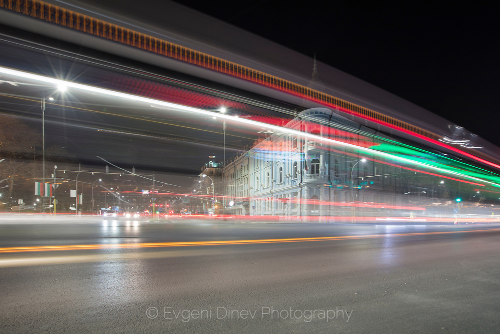 The traffic lights on the boulevard in the night
