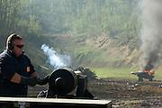 Die Maschinengewehr und Waffen Show in Knob Creek, Luisville, Kentucky, USA, ist die groesste seiner Art in Nordamerika. An drei Schiessstaenden werden Waffen aller Art abgefeuert, vor allem Schnellfeuergewehre. Auch Kinder duerfen hier das Schiessen mit dem Maschinengewehr ueben. Im Angebot ist auch ein Jungle Walk, auf welchem je ein Teilnehmer mit einer Uzi auf im Wald versteckte Metallscheiben schiesst..Auch eine alte Kanone wurde eigens von (Name dem Autor bekannt) und seinem Vater nach Kentucky gebracht, sie wurde einfach unverdeckt als Anhaenger hinter dem Auto hergezogen..Auf der grossen Schiessanlage werden alte Motorboote, Autos, Kuehlschranke, Computer etc  in Brand geschossen. Fuer die zahlreichen Regierungsgegner werden auch immer wieder gerne ausrangierte Wahlkabinen aufgestellt und mit Begeisterung zerschossen.