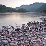 Los colores púrpuras del amanecer tiñen las orillas del río San Pedro Mezquital en su paso por la comunidad de El Venado, en Nayarit.