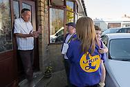 Jason Smith is a Ukip candidate and canvasses to convince people to vote for the Leave campaign. / Jason Smith (UKIP, a gauche) fait du porte à porte dans le quartier de Queensbury, Bradford.
