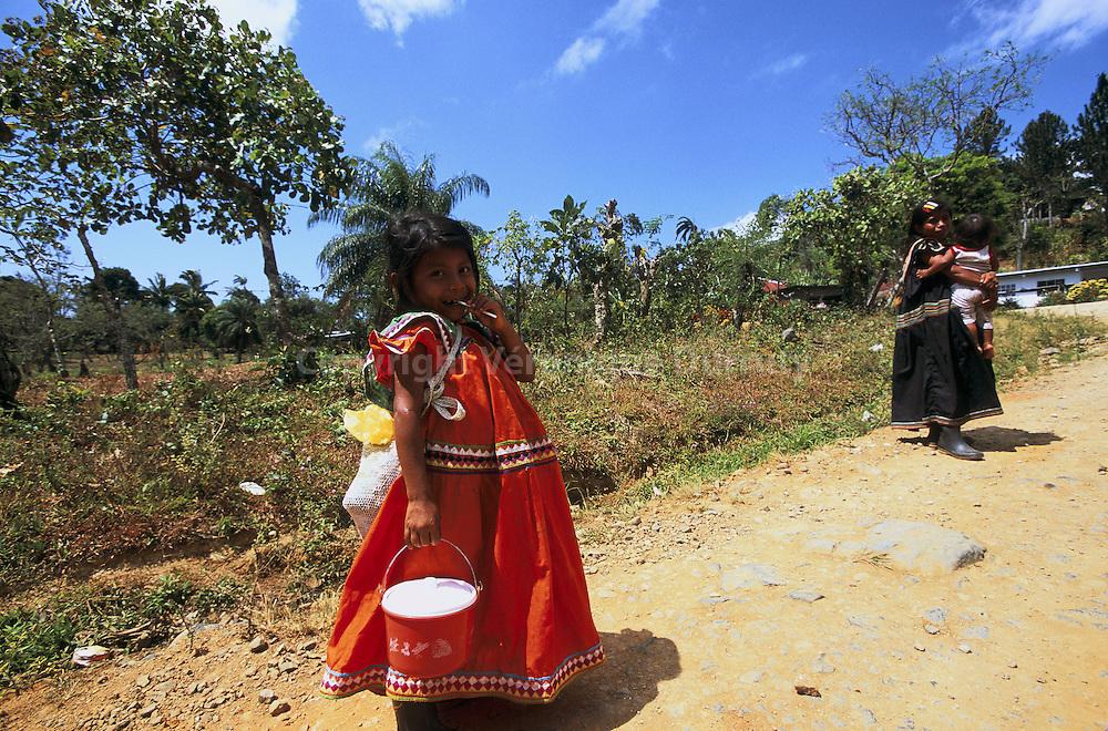 Les Ngobe sont le groupe ethnique le plus important du Panama. Ils vivent dans les provinces montagneuses du centre du pays.  Ngobe is the most important Amerindian group of Panama. They live in the center of the country.
