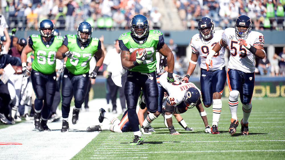 SEATTLE SEAHAWKS VS CHICAGO BEARS - Julius Jones scores on a 39-yard touchdown catch and run up the sideline in the first quarter.