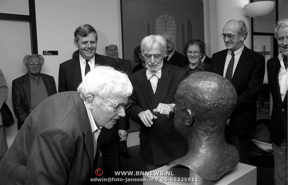 NLD/Huizen/19920306 - Onthulling beeld Floris Vos in het gemeentehuis Huizen