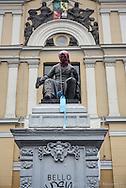 Estatua de Andres Bello frente a la Casa Central de la Universidad de Chile durante la toma en Julio 2013.