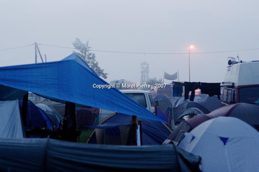 6 Juin - Camp de Reddelich : Au matin de la première journée de blocage. 6000 personnes dorment dans ce camps autogéré. 5 campements similaires entourent la zone rouge où se tient le sommet du G8.