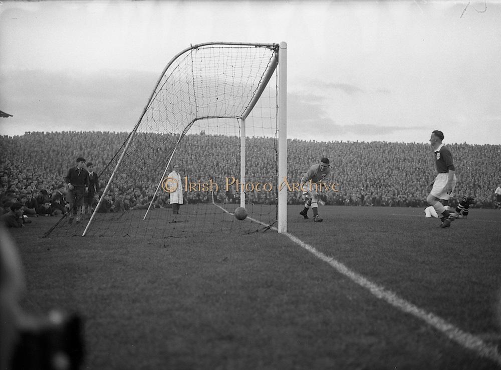 22/09/1954 <br /> 09/22/1954<br /> 22 August 1954<br /> Soccer: League of Ireland v English Football League at Dalymount Park, Dublin.