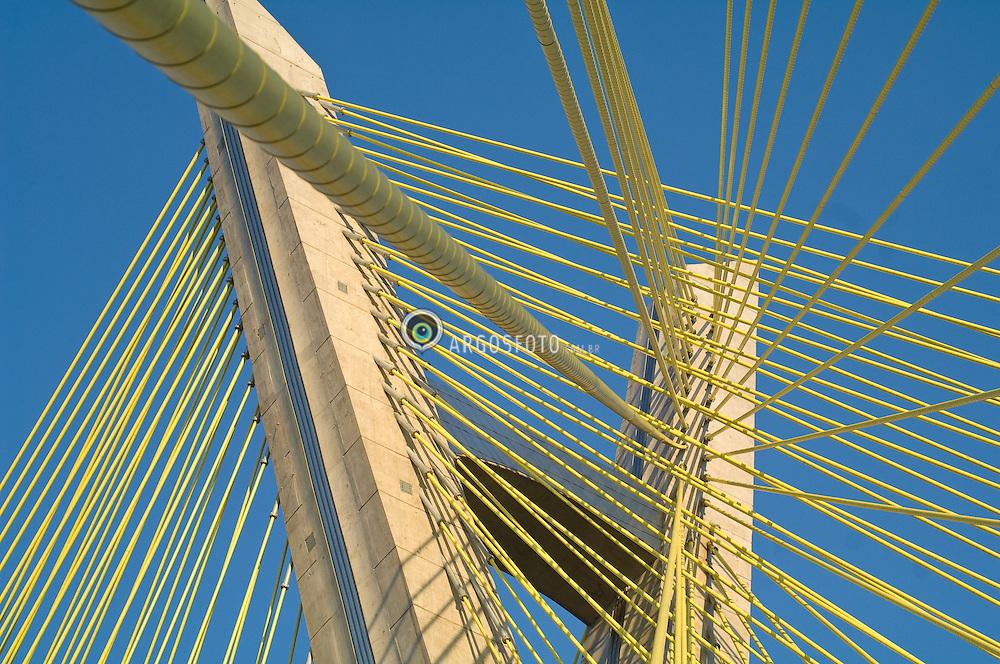 """Ponte Octavio Frias de Oliveira, no Complexo Viario Real Parque. Ponte sobre o Rio Pinheiros. Trata-se de uma ponte estaiada, que possui 138 metros de altura. Seu formato eh incomum pois suas pistas desenham um """"X"""" no ar, cruzando a torre. Eh a unica ponte do mundo que possui duas pistas curvas sustentadas por um unico mastro de concreto./ The Octavio Frias de Oliveira bridge in Sao Paulo. This cable-stayed bridge is 138 meters tall, and crosses Pinheiros River. The bridge deck is unusual due to its form, which is similar to an """"X"""", crossing at the tower. It is the only bridge in the world that has two curved tracks supported by a single concrete mast."""