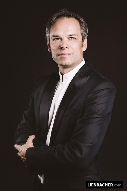 Studio-Portrait of violinist Benjamin Schmid. http://benjaminschmid.com