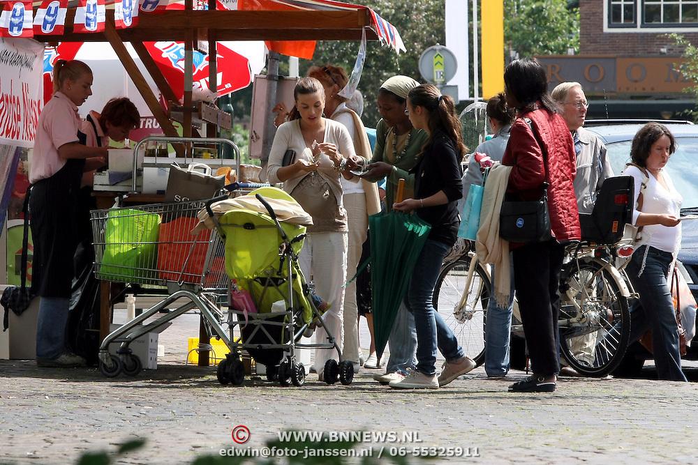 NLD/Laren/20070623 - Rossana Lima met haar moeder en dochter Demi, schoonmoeder Lidwina Kluivert en dochter Natasja Kluivert aan het winkelen in Laren, eten een haring bij de haringkar