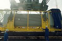 24.04.1995, Germany/Niedersachsen/Dannenberg:<br /> CASTOR Beh&auml;lter bei Verladung von Eisenbahn auf LKW, Castor Transport zum Zwischenlager Gorleben, Verladestation Dannenberg<br /> IMAGE: 19950424-01/07-01<br /> KEYWORDS: Atom, Atomm&uuml;ll, Kernenergie, atomic energy, nuclear energy