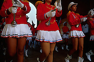 Un grupo de bailarinas marchan y bailan al ritmo de la banda musical. Con casacas rojas muy llamativas y faldas cortas de plises color blanco, despliegan alegría invitando al público a disfrutar. Cartagena de Indias, 2001 (Ramón Lepage / Orinoquiaphoto)     The fortified wall of Cartagena is in excellent condition and stretches more-or-less unbroken round a good portion of the Old Town. It is a pleasure for locals well as visitors to walk and observe the colonial architecture and excellent view of the Caribbean ocean..