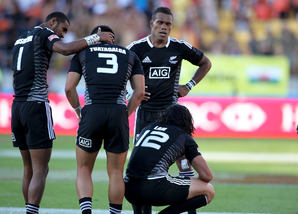 New Zealand players dejected following their loss in the semi-final against Kenya at the IRB International Rugby Sevens, Westpac, Wellington, New Zealand, saturday, February 02, 2013. Credit:SNPA / Bethelle McFedries.