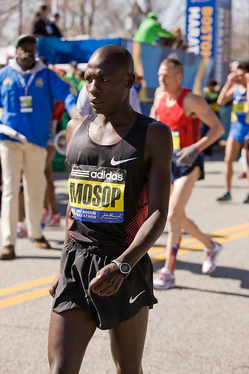 Moses Mosop warms up