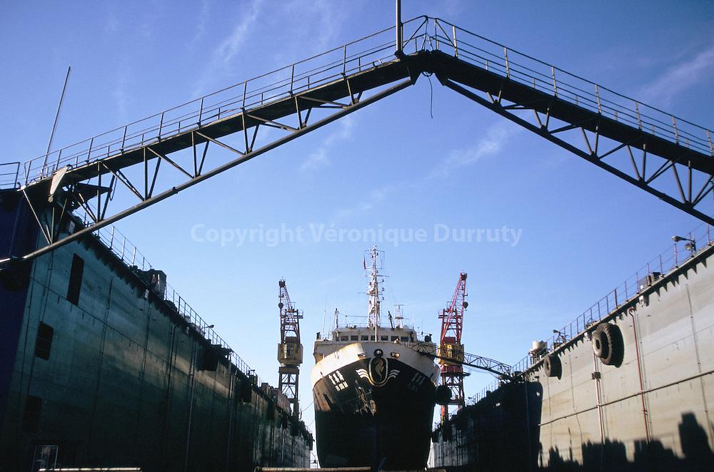 bateau en cale seche dans le port de Valparaiso