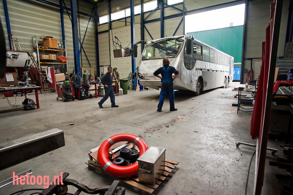 Nederland, Nijmegen d.d. 30mrt2011 De Jong Scheepservices  fabriceert sinds kort amfibiebussen. Sinds een jaar rijdt/vaart er al een door Rotterdam (zie: http://www.splashtours.nl/) en ze zijn nu twee exemplaren aan het bouwen die vanaf  zomer 2011door de grachten van Amsterdam gaan varen. Hier de laatste werkzaamheden voordat de busboot gekeurd gaat worden door de RDW. Foto: Cees Elzenga
