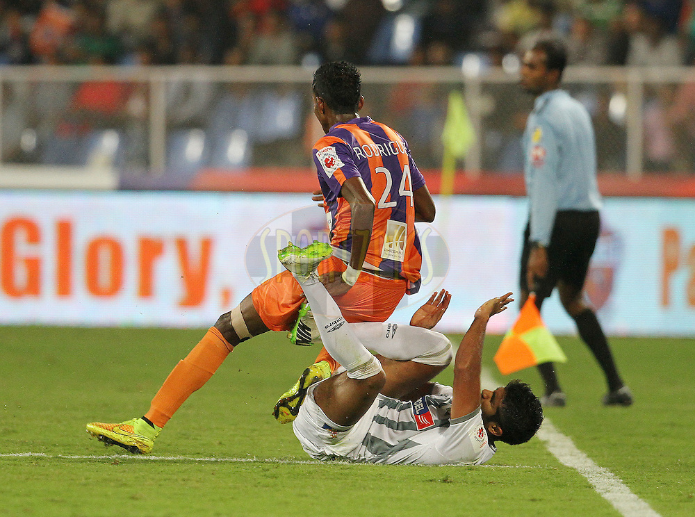 Lenny Rodrigues of FC Pune City and Mohammed Rafi Madambillath of Atletico de Kolkata collide during match 44 of the Hero Indian Super League between FC Pune City and Atletico de Kolkata FC held at the Shree Shiv Chhatrapati Sports Complex Stadium, Pune, India on the 29th November 2014.<br /> <br /> Photo by:  Vipin Pawar/ ISL/ SPORTZPICS