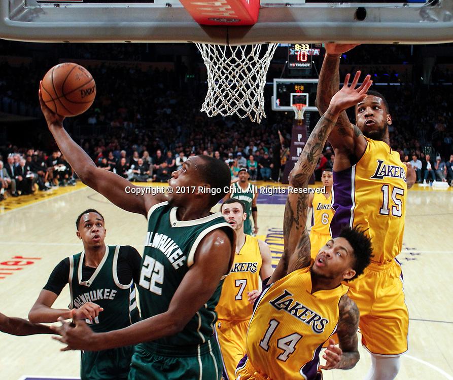 3月17日,密尔沃基雄鹿队球员克里斯-米德尔顿 (左)在比賽中上篮。 当日,在2016-2017赛季NBA常规赛中,洛杉矶湖人队主场以103比107不敌密尔沃基雄鹿队。 新华社发 (赵汉荣摄)<br /> Milwaukee Bucks guard Khris Middleton (#22) goes up for a layup against Los Angeles Lakers during an NBA basketball game, Friday, March 17, 2017.(Photo by Ringo Chiu/PHOTOFORMULA.com)<br /> <br /> Usage Notes: This content is intended for editorial use only. For other uses, additional clearances may be required.