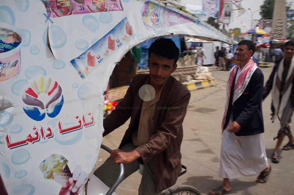Aufstand in Jemen: ASIEN, JEMEN, SANAA, 20.06.2011: Seit mehr als drei Monaten sieht sich der seit 33 Jahren amtierende Pra?sident Salih einer stetig anschwellenden Rebellion gegenu?ber. Regimegegner haben auf dem Platz des Wandels in einem riesigen Zeltlager Stellung bezogen. Sie wollen solange ausharren, bis ein Wechsel vollzogen ist. Hier ein Eisverkaeufer auf dem Platz des Wandels.