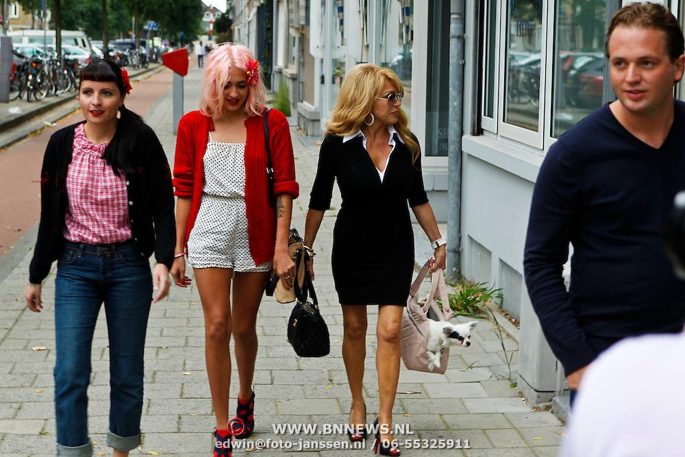 NLD/Rotterdam/20100815 - Christina Curry en Patrcia Paay krijgen een tatoeage, aankomst Sanne Kraaijkamp, Christina, haar moeder Patricia en partner Nicky van Dam
