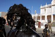 """Nos desfiles de Carnaval do Mindelo, tenta-se retomar aos poucos a tradição dos grupos de """"mandingas"""", membros da etnia africana também usados como escravos em Cabo Verde. Estes percorrem as ruas anarquicamente  brincando com a assistência, sendo geralmente oriundos das camadas mais pobres da população."""