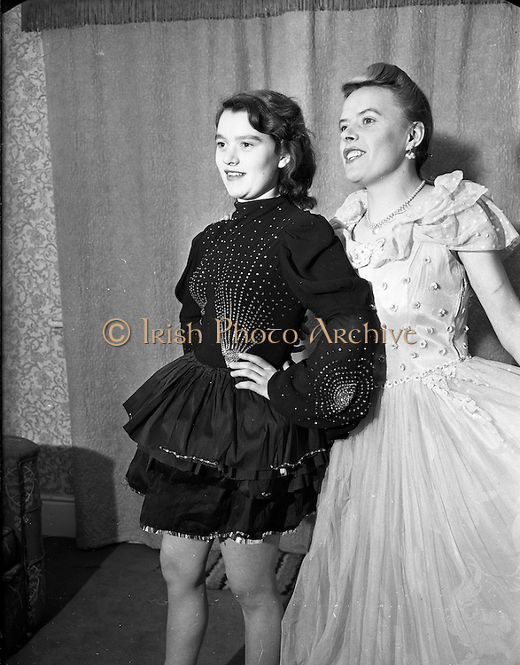 27/11/1952<br /> 11/27/1952<br /> 27 November 1952<br /> Miss Wendy Butler at Mount Merrion, Dublin. Miss Butler would appear to have been in the costume business.  Girls in dancing costume.