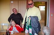 Roman Barfusz, Eigentümer des Pflegeheims in Pilsen begrüßt Olga Merkel - eine Rentnerin aus Deutschland und Einwohnerin des Heims. Im Hintergrund Fr. Merkels Sohn Rudolf Merkel.