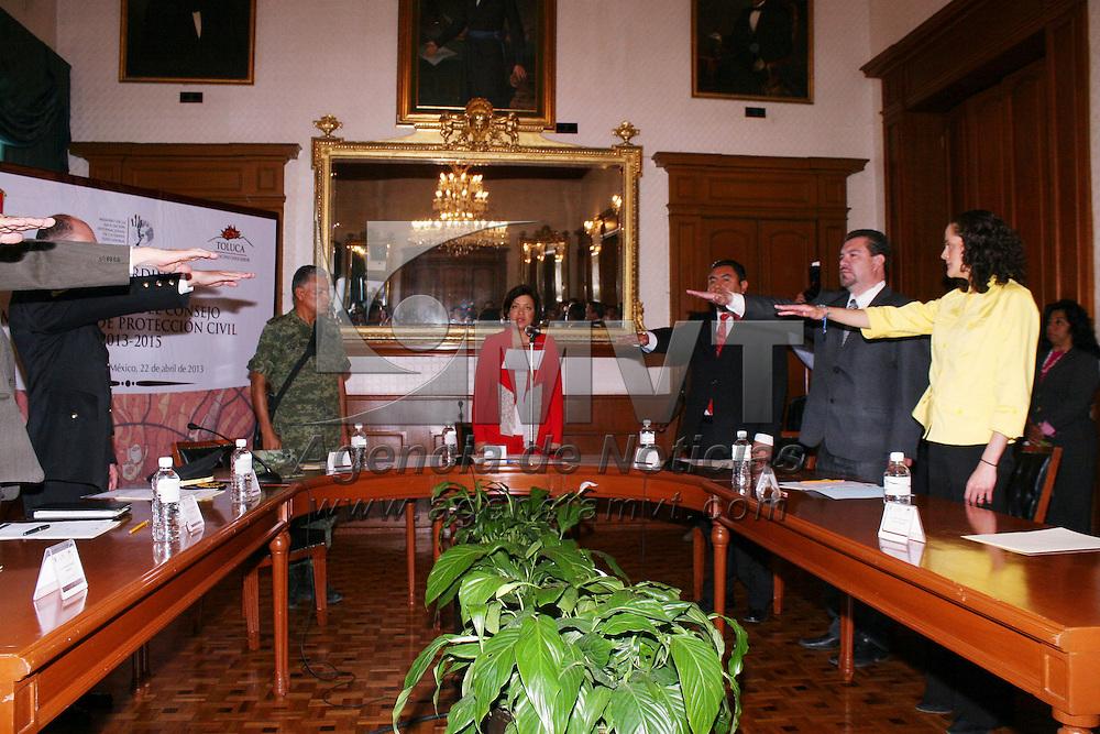 Toluca, México.- Martha Hilda González Calderón, alcaldesa de Toluca, durante la toma de protesta del Consejo Municipal de Protección Civil, en donde se hizo hincapié de lo preocupante que son todas las llamadas falsas que se reciben en Bomberos y la dirección de Protección Civil, haciendo un llamado a la población a que evite este tipo de bromas.  Agencia MVT / José Hernández